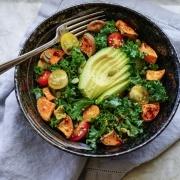 Grønkål salat med bagte søde kartofler
