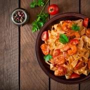 Frisk pasta med tigerrejer og tomatsauce