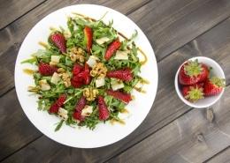 Jordbær salat med ristede valnødder