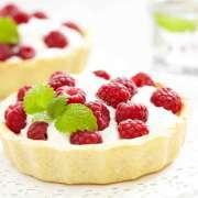 Små tærter med chokolade og hindbær