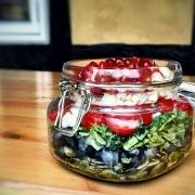 Salat med grønkål, blåbær og græskarkerner