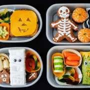 Halloweensjov, madpakker med frokost og lidt sødt.