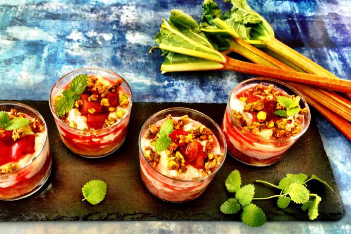 Opskrift på Rabarber og ingefær dessert med karamelliseret pistacienødder