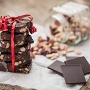 Chokoladebrud med karamel og peanuts
