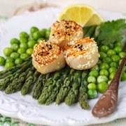 Sprøde kammuslinger med grønne asparges