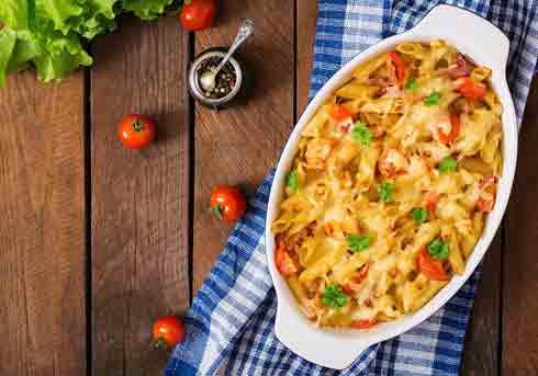 Bagt pasta med bacon og tomat