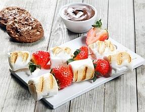 Grillet skumfidus og jordbær spyd
