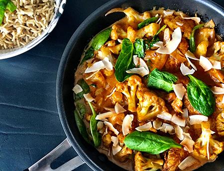 Opskrift Kylling i karry med blomkål og spinat