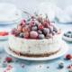 Iskage med Daim, bær og mandelbund