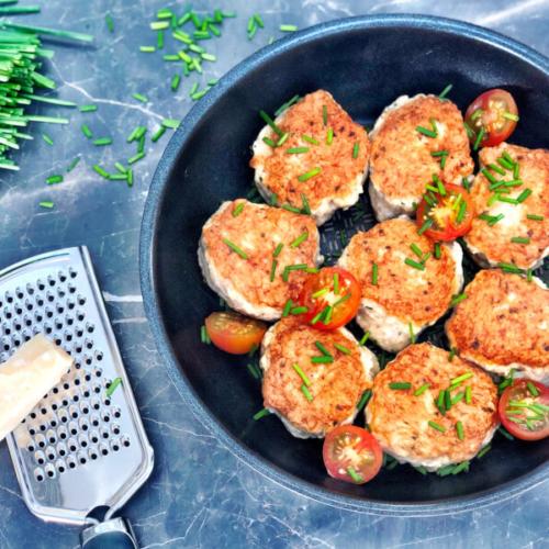 Kyllingefrikadeller med parmesan og purløg