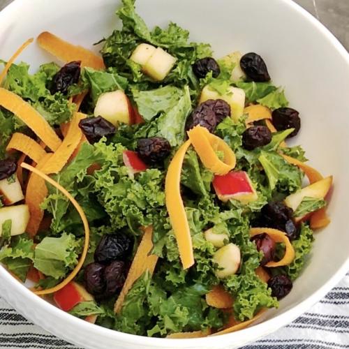 Salat med grønkål og æble
