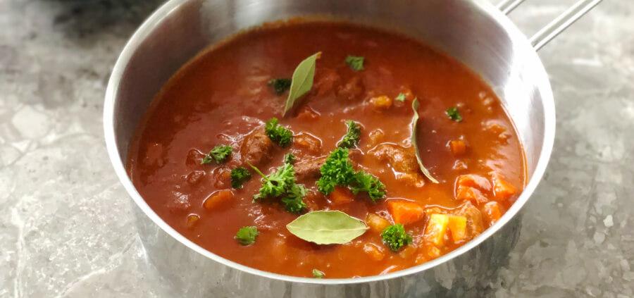 Gullaschsuppe, opskrift med god smag og mørt kød.
