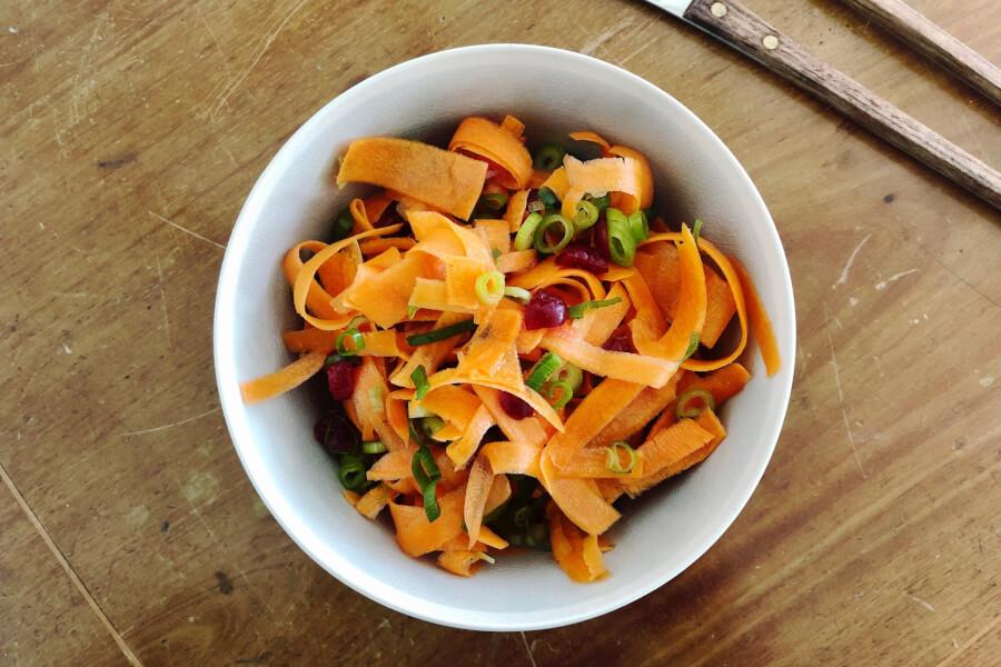 Gulerods crudite salat, sprødt og sundt.