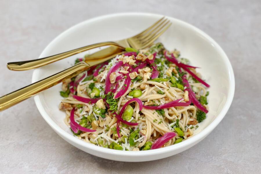 Spaghetti med grønne asparges og valnødder