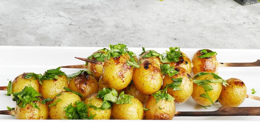 Nemme grillede kartoffelspyd med ymer peberrodsdressing